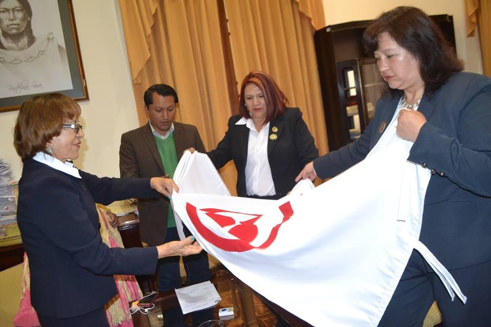 Secretario General Ricardo Mamani recibió la bandera de manos de la institución de voluntariado